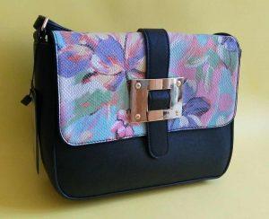 Дамска чанта с цветя за през рамо - черна